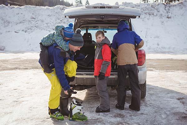 Семья приехала кататься на лыжах
